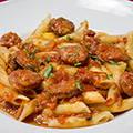 Penne rigate à la saucisse italienne, tomate et vin blanc